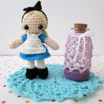 アリス風あみぐるみとガラスの小瓶